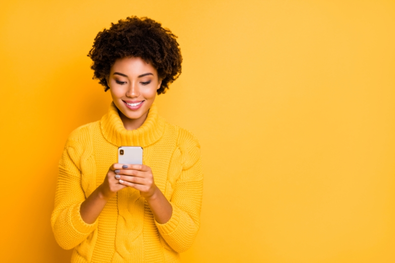 Junge Frau auf ihrem Smartphone