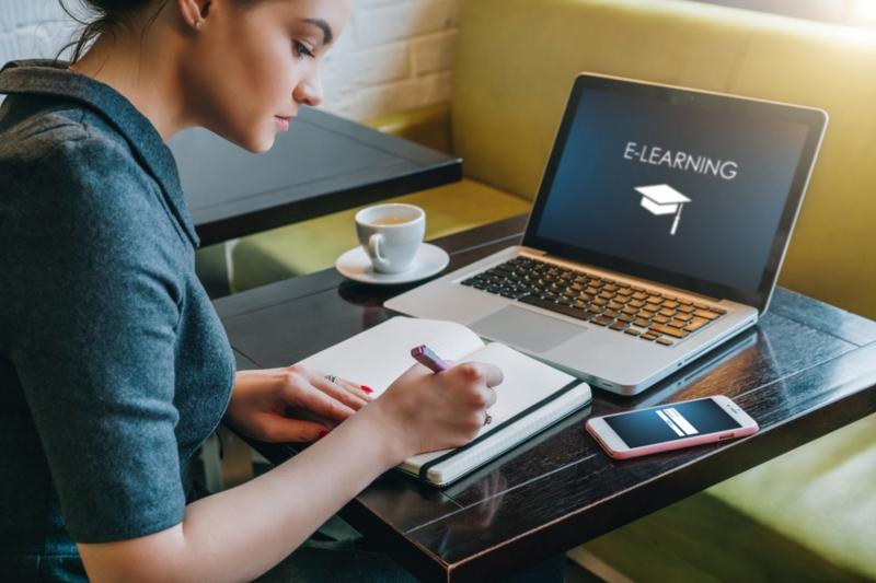 Jeune homme faisant du e-learning