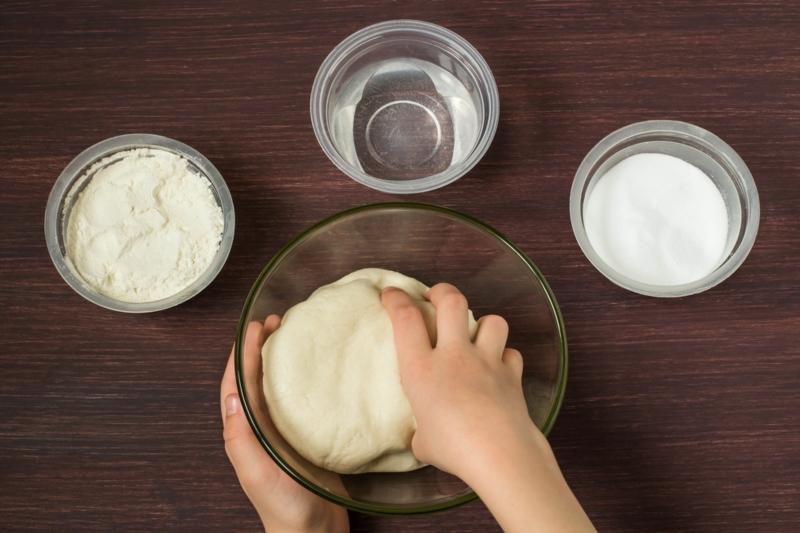 personne qui fait de la pâte à sel