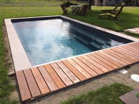 Piscine réflexion: intègre un banc sur toute la longueur de la piscine