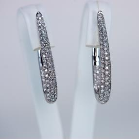 White golden earrings paved by diamonds of 0,95 carats.