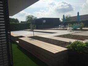 Bar piscine avec panneaux trespa, terrasse en bois, corten